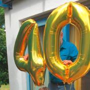 """Zwei Luftballons in der Form 4 und 0, zusammen also """"40""""."""