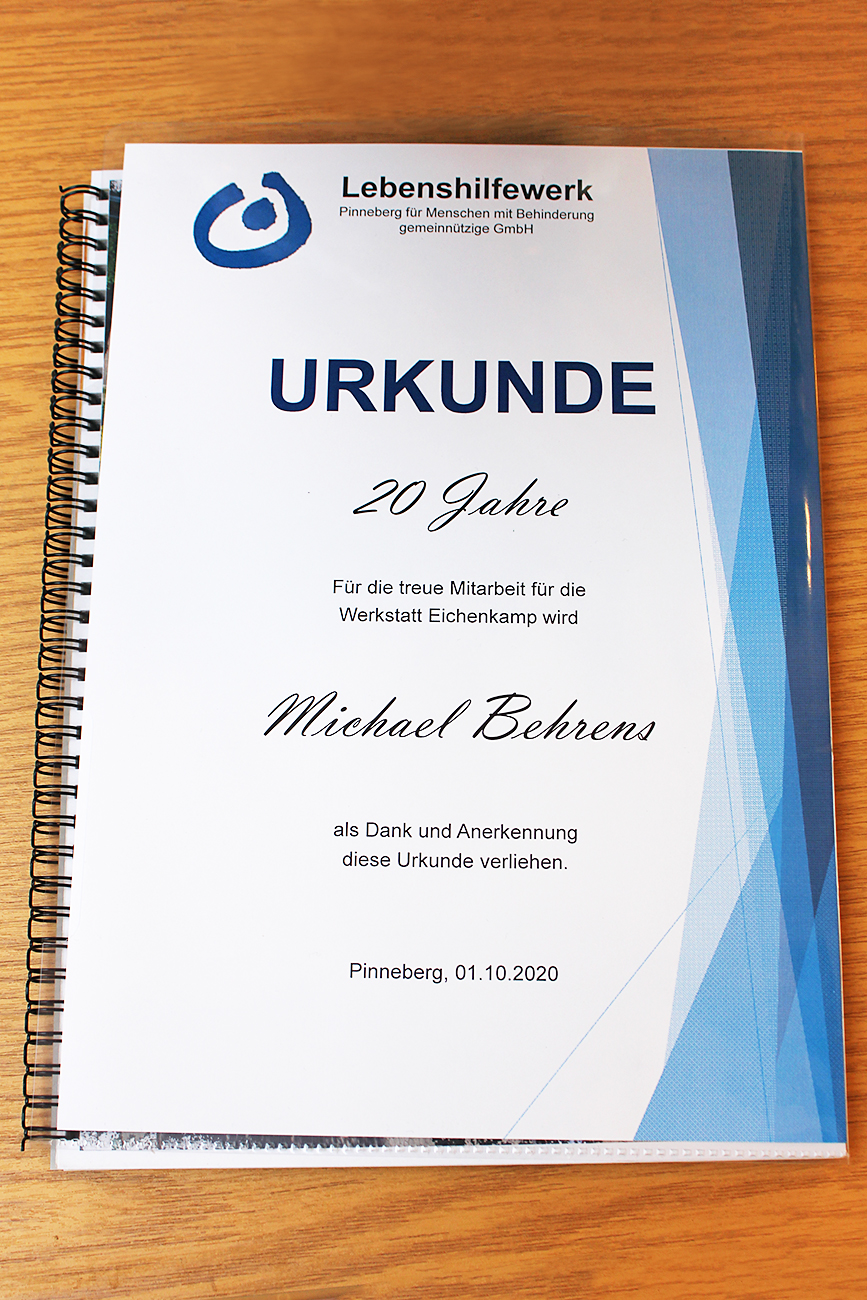Urkunde für Herrn Behrens zu 20 Jahren treue Mitarbeit in der Werkstatt