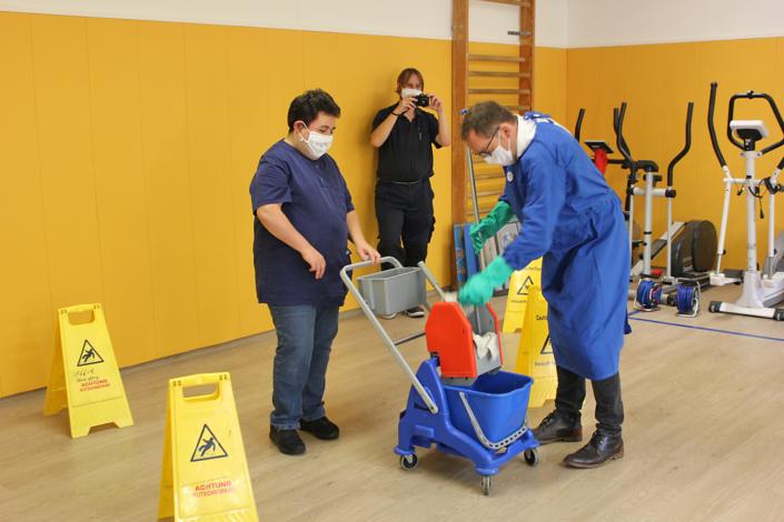 Herr Behrens darf das Reinigungsteam unterstützen
